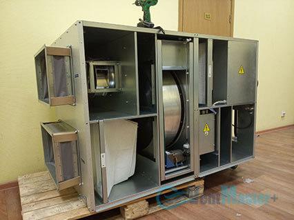 Сняли основные защитные листы с приточно-вытяжной установке Blauberg KOMFORT Roto EC LE2000-12-S17 в офиса