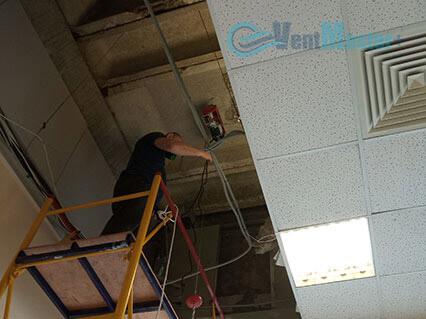 Разобранный подвесной потолок с установленной лебедкой для подъема приточно-вытяжной установки Blauberg KOMFORT Roto EC LE2000-12-S17 в офисе Альтуэра
