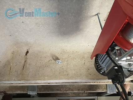 Установленные шпильки для крепежа приточно-вытяжной установки Blauberg KOMFORT Roto EC LE2000-12-S17