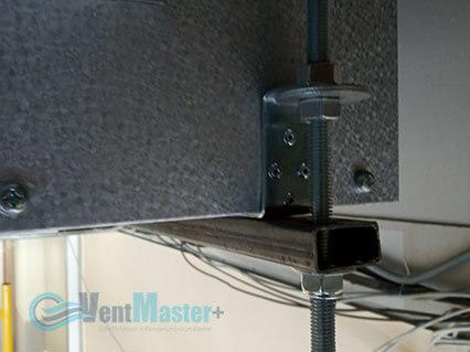 Демонстрация крепежа приточно-вытяжной вентиляционной установки Blauberg на шпильках воздуховода для центральной вентиляции в офисе Альтуэра крупный план
