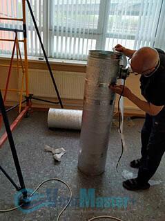 Продолжается процесс изоляции труб воздуховода для центральной вентиляции в офисе Альтуэра