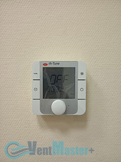 Пульт управления приточно-вытяжной вентиляционной установки Blauberg в офисе Альтуэра крупный план