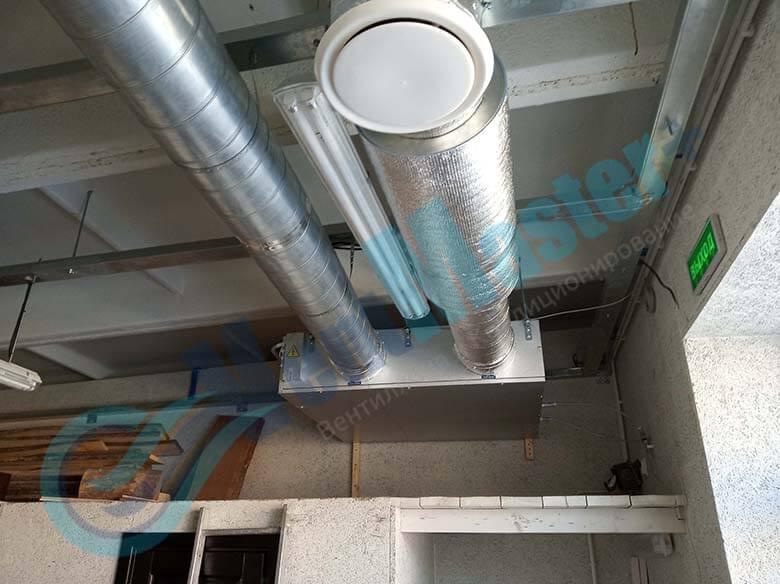 Демонстрация шумоглушителя 250 мм 900 мм который установлен в вентиляционный канал в учебном классе и мастерской ЦИТ Свято-Троицкой Сергиевой Лавры, план 5